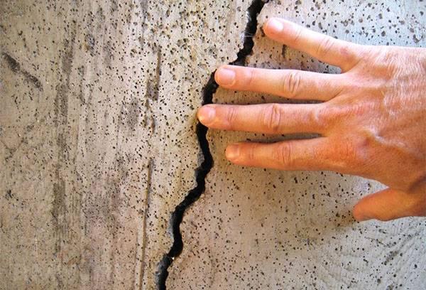 Трещины в стене