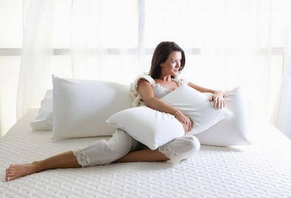 девушка с подушками на кровати