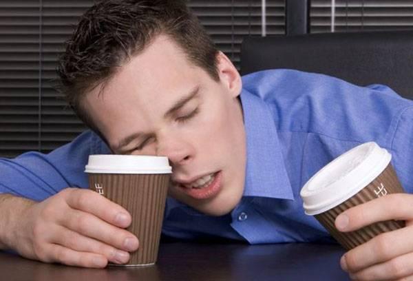 Мужчина засыпает на работе