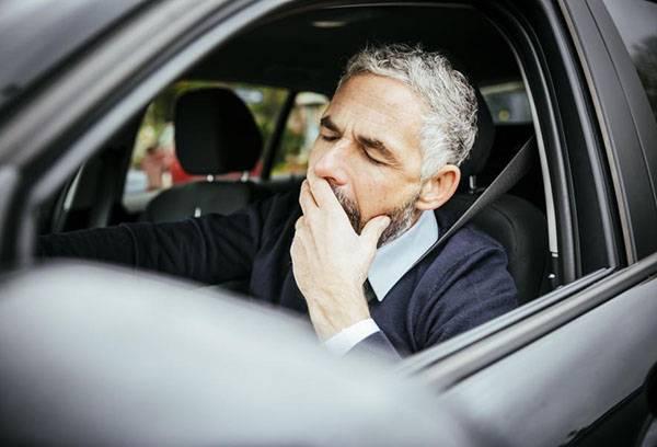 Мужчина засыпает за рулем