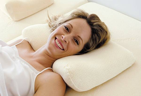 Женщина на ортопедической подушке