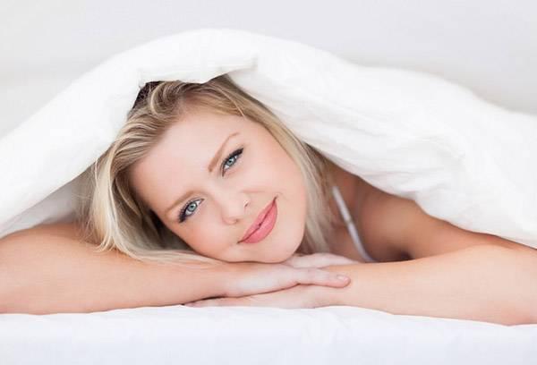 Девушка под одеялом