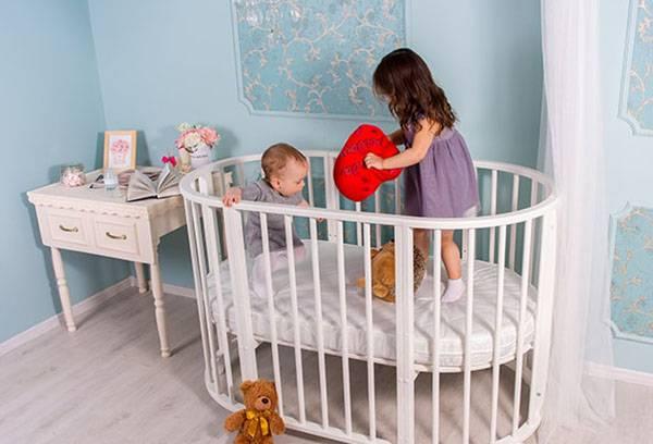 Дети прыгают в кроватке