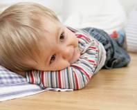 Ребенок лежит на полу