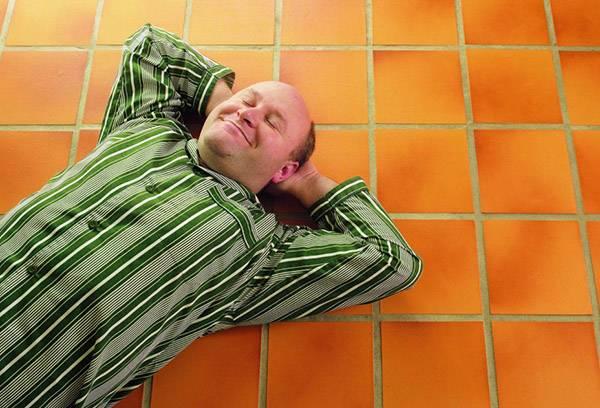 Мужчина спит на полу