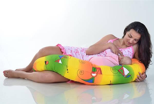 Кормление малыша на специальной подушке