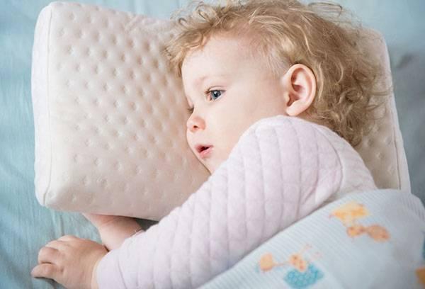 Девочка спит на подушке из латекса