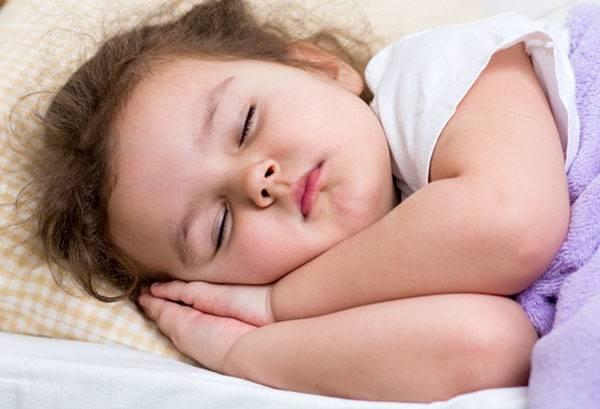 Спящая двухлетняя девочка