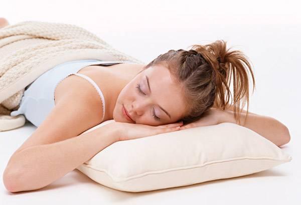 Девушка спит на бамбуковой подушке