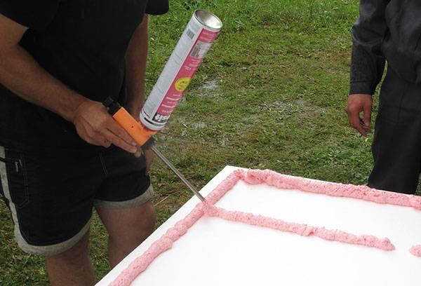 Нанесение клея-пены на пенопласт