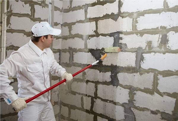 Грунтовка поверхности стены