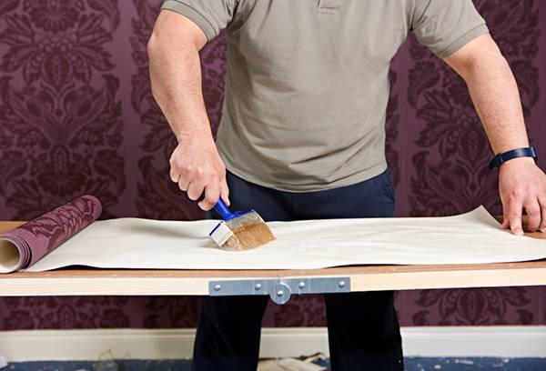 Нанесение клея на обойное полотно