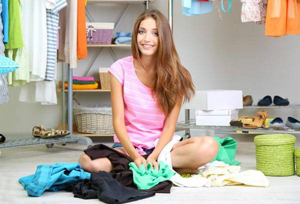 Девушка разбирает одежду
