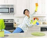 Позитивная девушка за уборкой