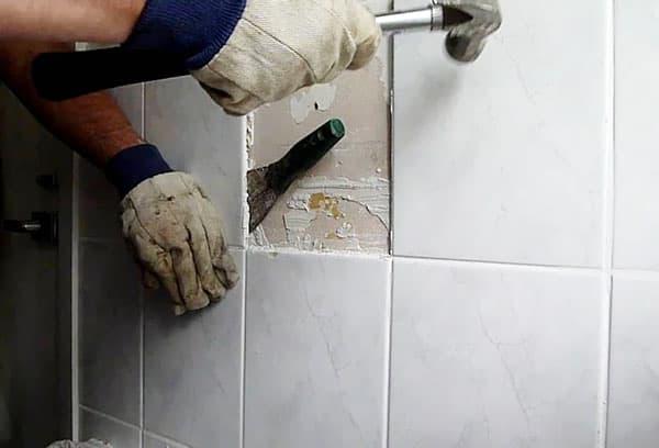 Демонтаж плитки со стены из гипсокартона