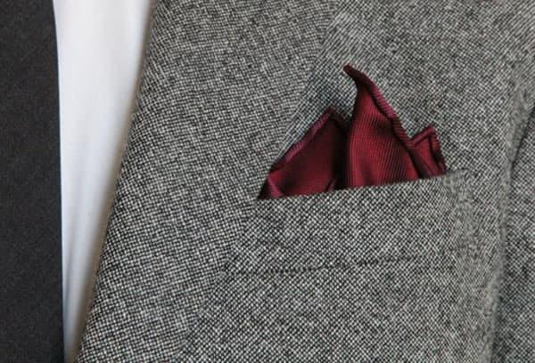 Шелковый платочек в кармане мужского пиджака