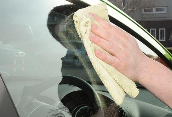 Очистка стекла автомобиля