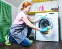 Девушка чистит стиральную машинку
