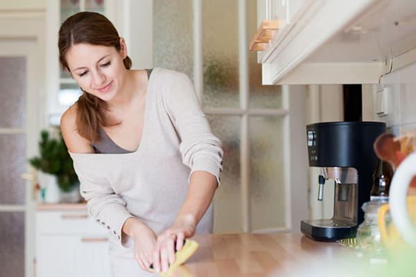 Девушка за уборкой на кухне