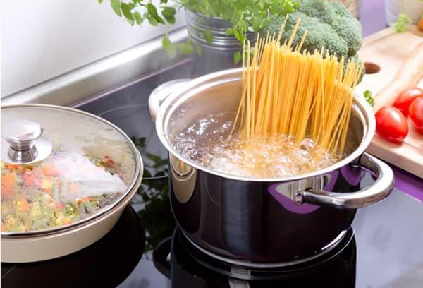 спагетти в кастрюле на плите