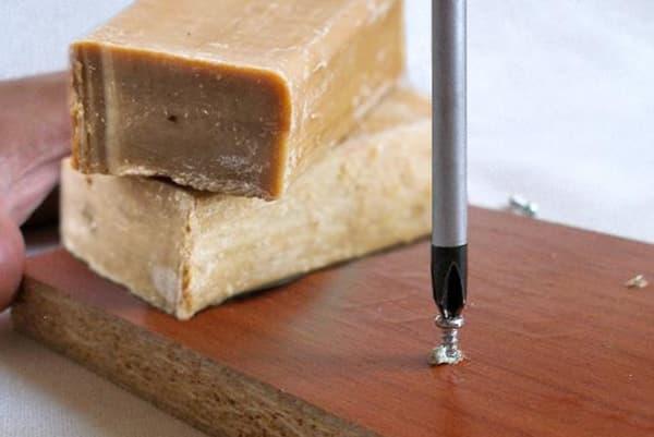 Вкручивание шурупа с помощью мыла