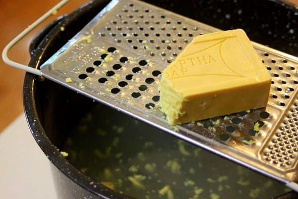Приготовление раствора с хозяйственным мылом