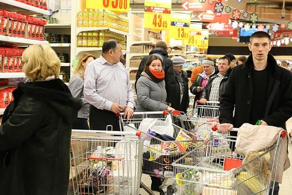 Покупатели в гипермаркете перед Новым годом
