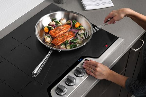Приготовление блюда на электрической варочной панели