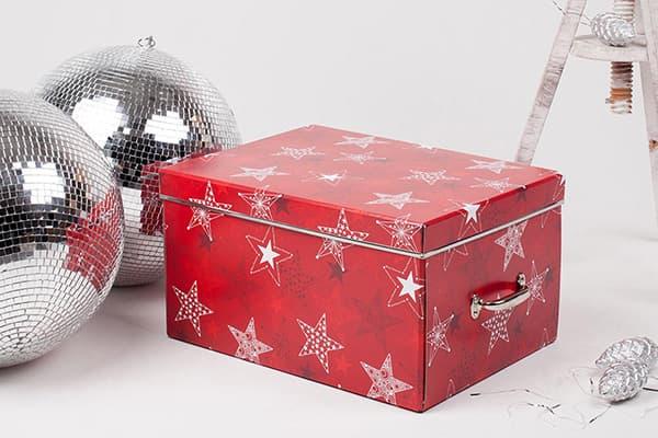 Коробка с елочными игрушками