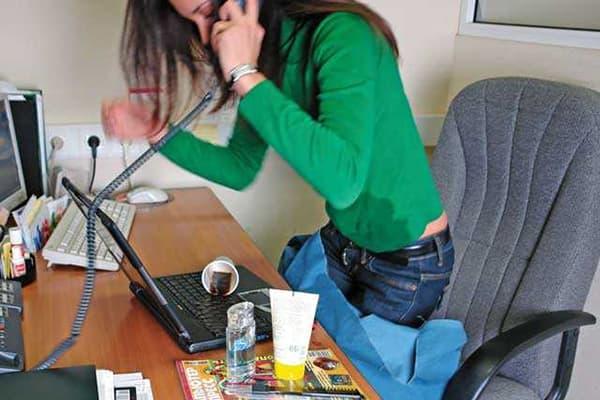 Девушка разлила кока-колу на ноутбук