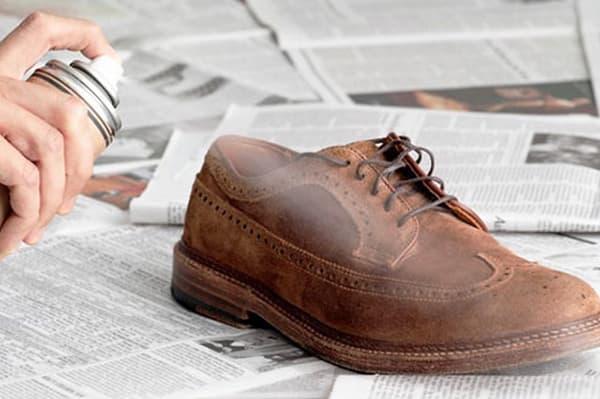 Обработка замшевого ботинка спреем