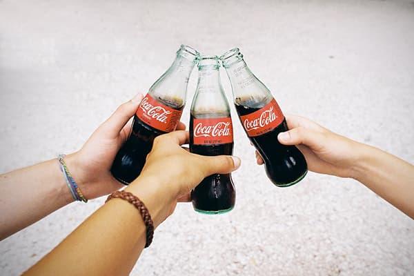 Кока-кола и белый ковер