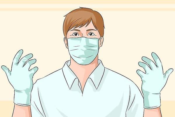 Мужчина в перчатках и защитной повязке