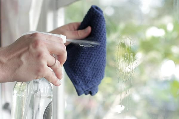 Мытье окна раствором нашатыря