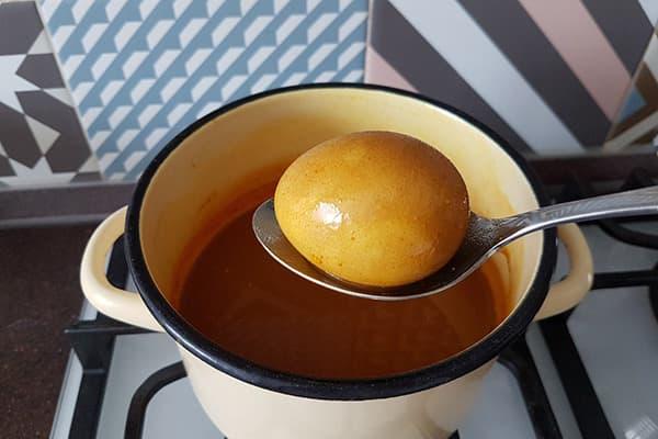 Яйцо, вынутое из отвара куркумы