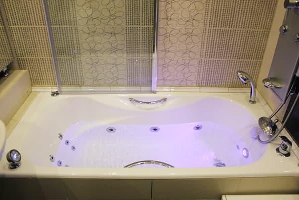 Чугунная ванна с гидромассажем