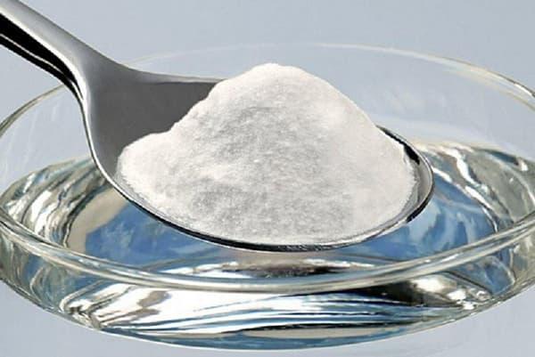 Добавление соли в стакан