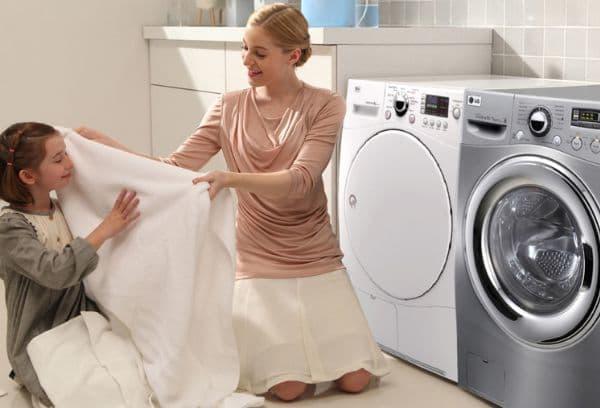 Женщина сушит белье