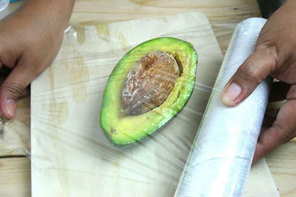 Подготовка половинки авокадо к хранению