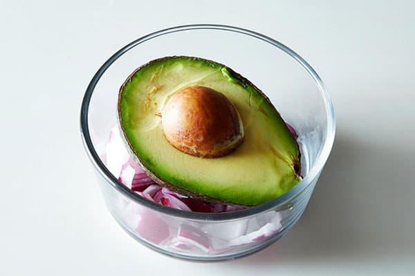 Хранение разрезанного авокадо с луком