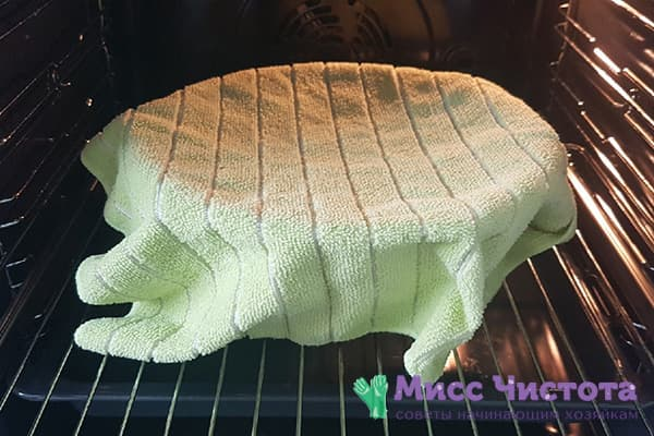 Тесто под полотенцем в теплой духовке
