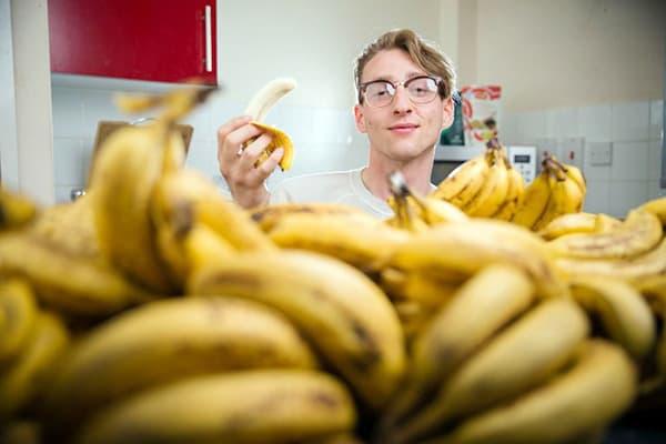 Молодой человек с бананами