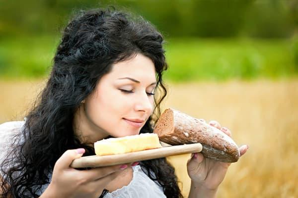 Девушка со свежим хлебом