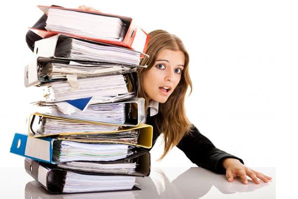 Стопка папок с документами у девушки