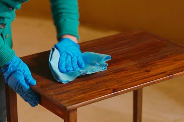Обработка деревянного стола мебельным воском