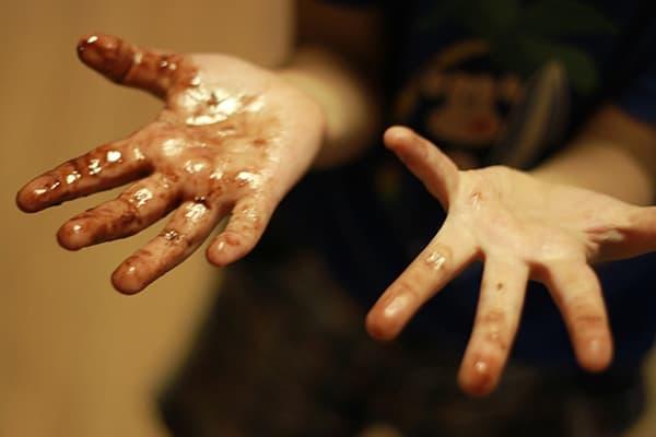 Руки, испачканные морилкой