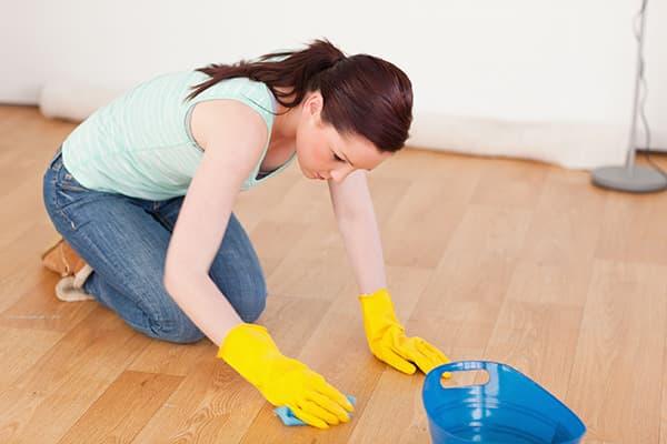 Девушка отчищает пятно с линолеума