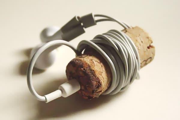 Хранение наушников на пробке от вина
