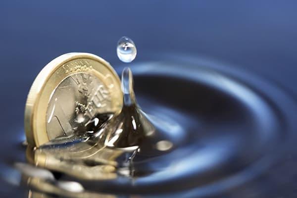 Монета падает в воду