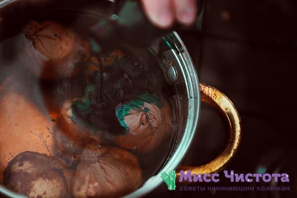 Яйца с луковой шелухой в кастрюле с зеленкой